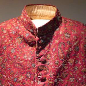 Mandarin collar on red tunic with self-coloured red buttons